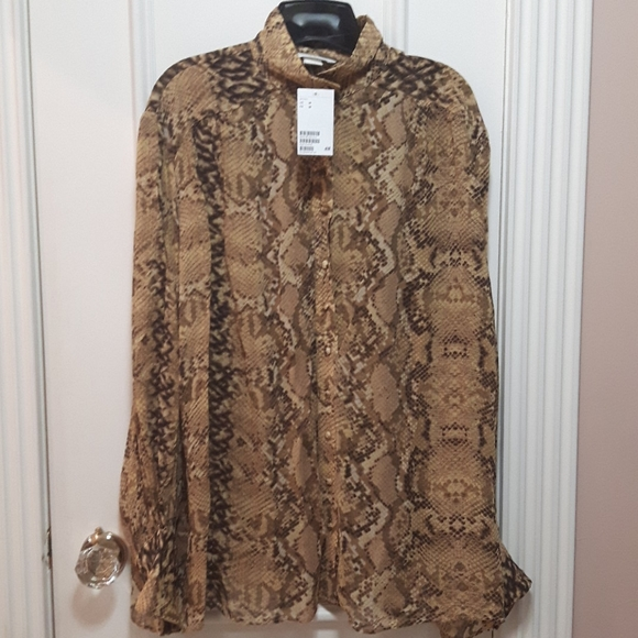 2 for 30! 🛍️ NWT snakeskin button up blouse